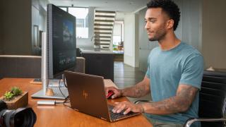 Hombre trabajando con un portátil
