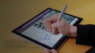 Persona escribiendo en una tableta